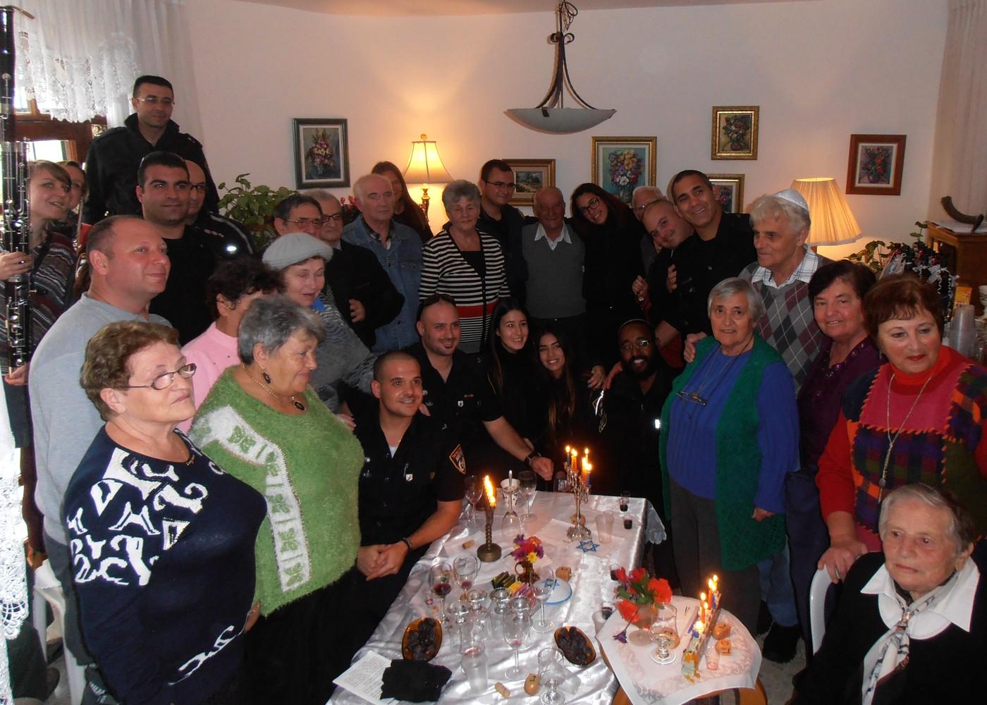 chanoeka-viering, senioren en agenten