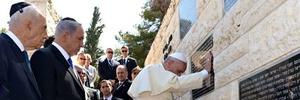 de paus bij een monument voor slachtoffers van terreur